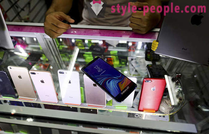 Why Mexico City residents buy dummy mobile phones